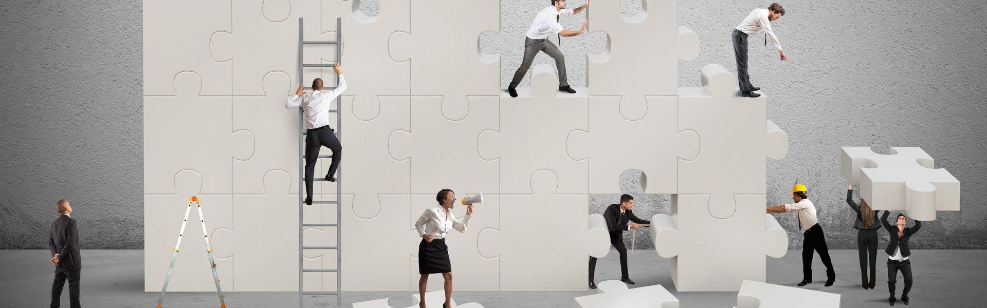 Ανθρώπινο δυναμικό της εταιρείας '''χτίζει'' την εταιρεία με παζλ.